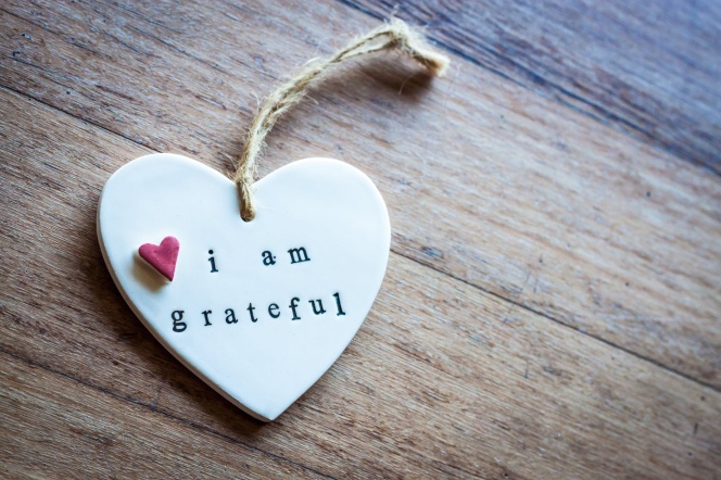 "Heart with an ""I am grateful"" note. Image from Pexels."